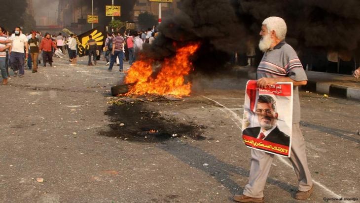 Street fighting between members and supporters of the Muslim Brotherhood and Egypt's military (photo: picture-alliance/dpa)