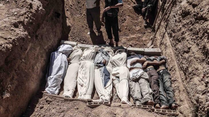 Tote in einem Massengrab nach dem Giftgasmassaker von Al-Ghuta