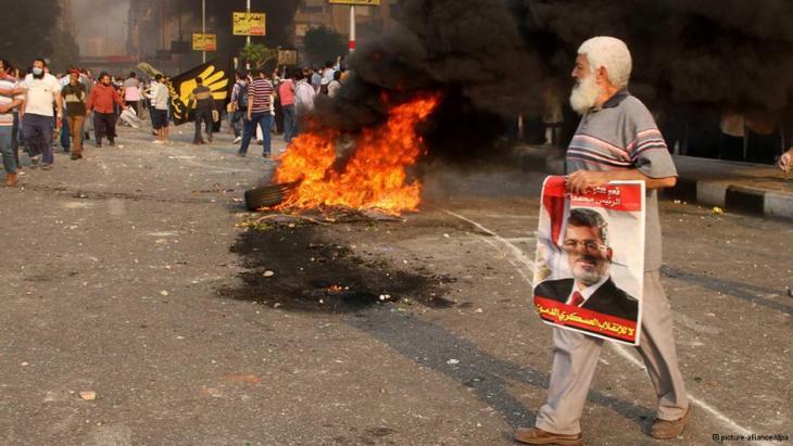 Gegner und Anhänger Mursis bei Straßenschlachten in Kairo; Foto: dpa/picture-alliance