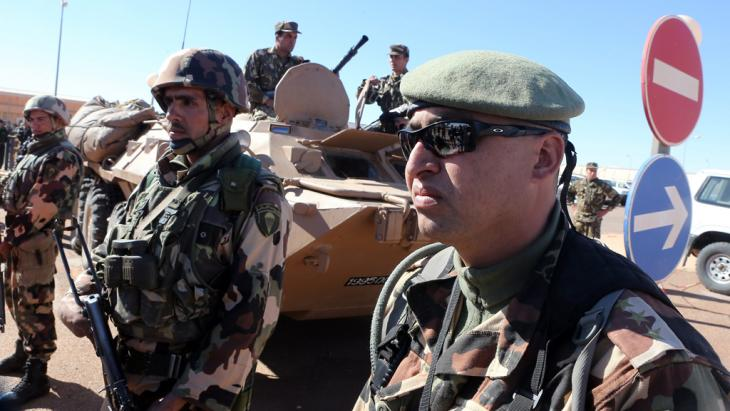Algerian soldiers stand guard in the gas complex of Tiguentourine, in Amenas, 1600 km southeast of Algiers, Algeria, on 31 January 2013 (photo: picture-alliance/dpa)
