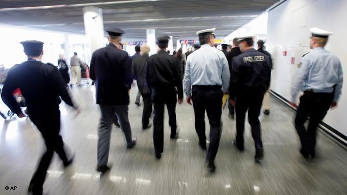 Deutsche Grenzschutzbeamte in Frankfurt am Main; Foto: dpa/picture-alliance