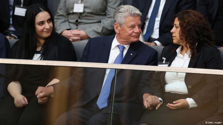 Bundespräsident Joachim Gauck ergreift die Hände zweier NSU-Mordopfer-Angehörigen, links: Gamze Kubasik; Foto: Getty Images