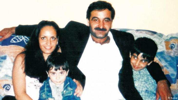 Mehmet Kubasik sitzt mit seinen drei Kindern auf dem Sofa; Foto: privat