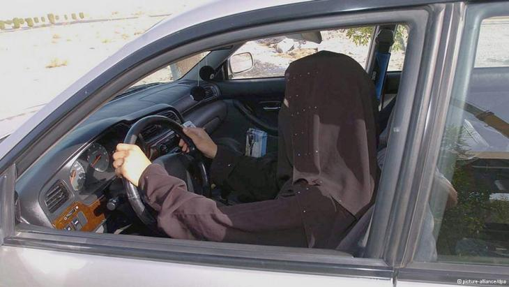 A Saudi woman driving in a car. Up until now, women are not allowed to drive in Saudi Arabia (photo: picture-alliance/dpa)