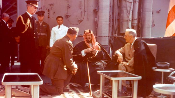 President Roosevelt (right) during a meeting with King Abdul Aziz ibn Saud III of Saudi Arabia on deck of a the USS Quincy (photo: picture alliance/akg-images)