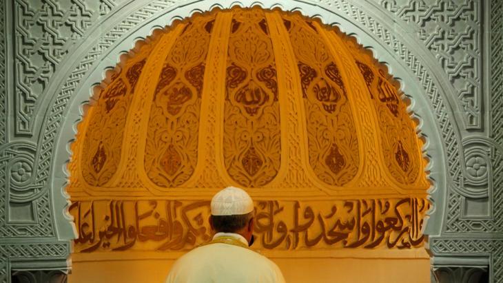 Muslim betet in einer Moschee in Bordeaux; Foto: picture-alliance