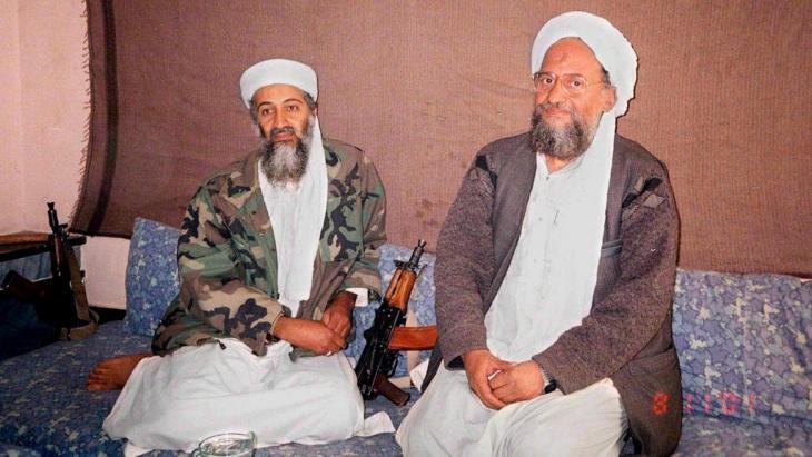 Osama bin Laden und sein Nachfolger Ayman al-Zawahiri; Foto: picture alliance / dpa