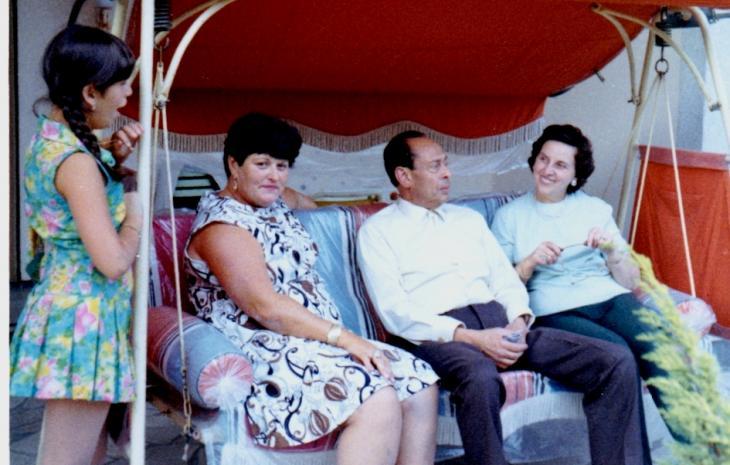 Mohamed Helmy und seine Frau Emmi Helmy (rechts) in Berlin während eines Besuchs von Anna Boros (zweite von links) und ihre Tochter Carla 1969; Foto: Yad Vashem