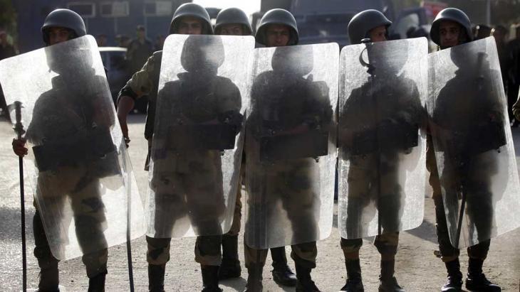 Sicherheitskräfte in Kairo im Einsatz gegen Demonstranten und Anhänger des gestürzten Präsidenten Mohammed Mursi; Foto: Reuters