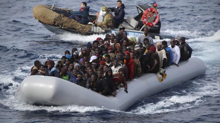 Rettungsaktion der italienischen Marine vor der Küste Siziliens, 28.11.2013; Foto: picture-alliance/ dpa