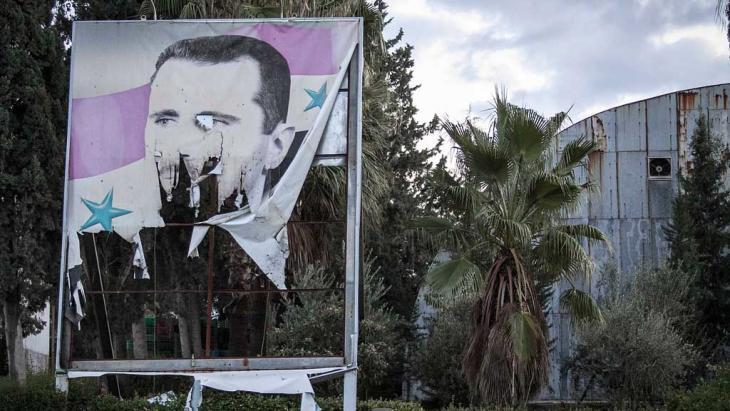 Zerstörtes Assad-Plakat in Aleppo; Foto: AP