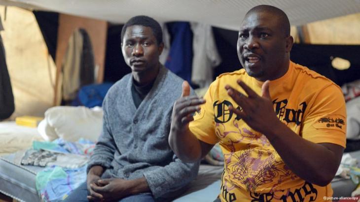 Zwei Flüchtlinge aus Afrika in einem Flüchtlingscamp am Berliner Oranienplatz; Foto: picture-alliance/dpa