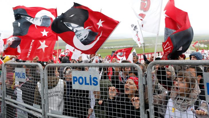Proteste gegen die Urteile im Ergenekon-Prozess in der Türkei; Foto: dpa/picture-alliance