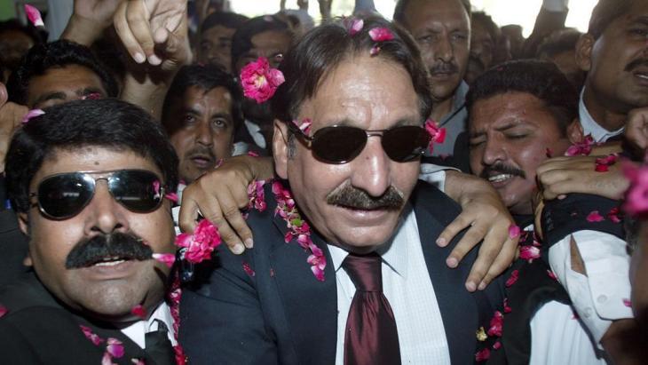 Iftikhar Mohammed Chaudhry wird am Flughafen in Islamabad von seinen Anhänger gefeiert; Foto: AP/Anjum Naveed