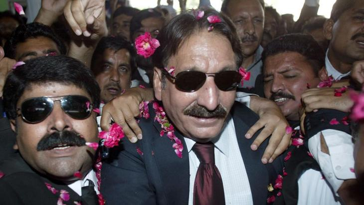 Suspended Chief Justice Iftikhar Mohammed Chaudhry, center, is escorted by his supporters as he arrives at Islamabad airport to depart for Karachi, Saturday, May 12, 2007 in Islamabad, Pakistan (photo: AP/Anjum Naveed)