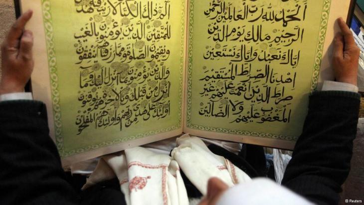 Mann liest den Koran in einer Moschee; Foto: Reuters