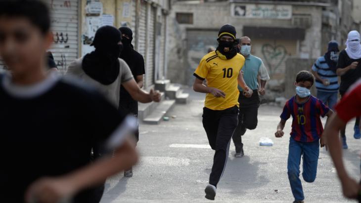 Demonstranten flüchten vor Tränengas der Polizei bei Zusammenstößen in der Ortschaft Jidhafs, westlich von Manama, 20. April 2013; Foto: Reuters