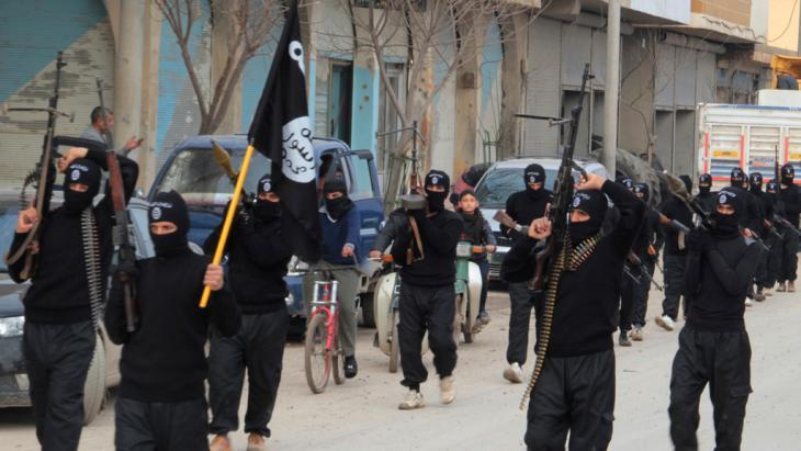 Islamistische ISIL-Rebellen bei einer Parade im syrischen Tel Abyad; Foto: Reuters