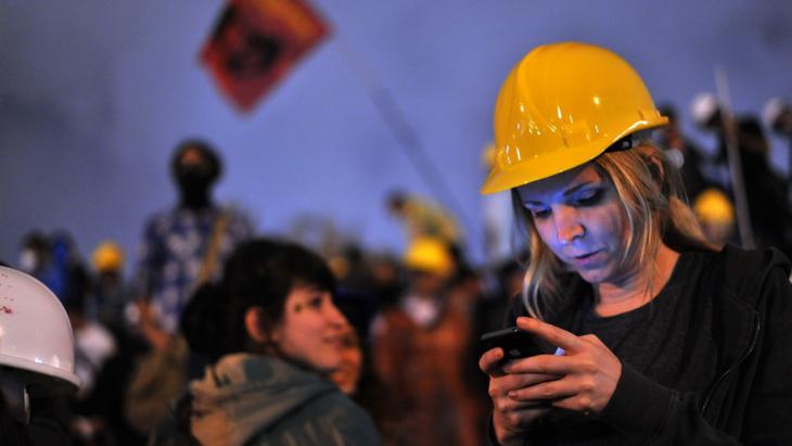 Türkin nutzt soziale Medien bei Gezi-Park-Protesten; Foto: AFP/Getty Images
