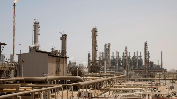 Eine Öl-Fabrik in Jubeil, 600km von Riad entfernt, Saudi-Arabien; Foto: ddp images/AP Photo/Hassan Ammar