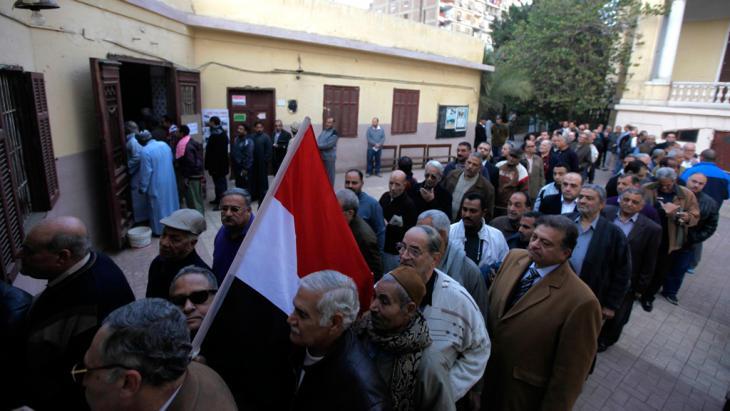 Warteschlange außerhalb eines ägyptischen Wahlbüros, Kairo, 14. Januar 2014; Foto: Reuters