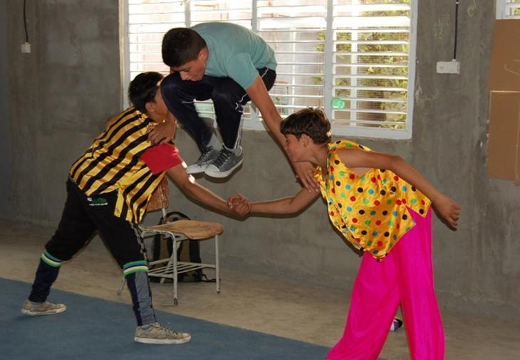 Kinder bei der Probe in der Palestinian Circus School: Palestinian Circus School)
