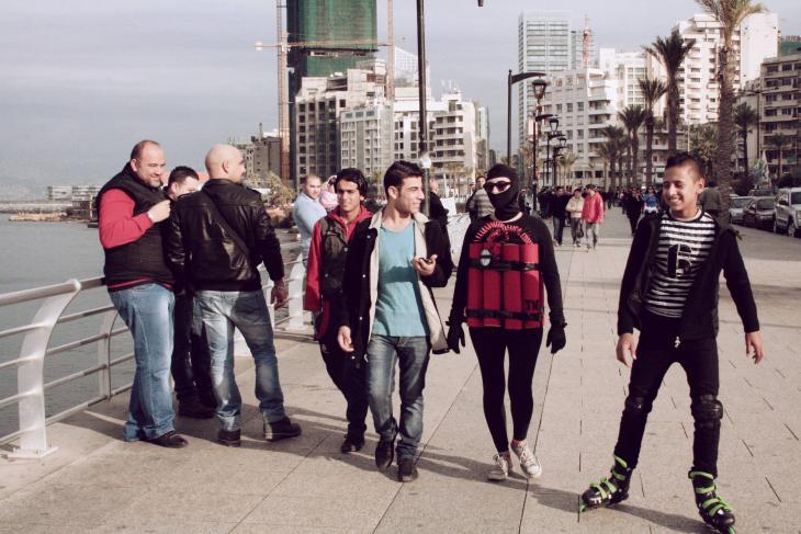 Künstlerin Rima Najdi geht mit Sprengstoff-Attrappe Corniche in Beirut entlang, 12. Januar 2014; Foto: Maria Kassab