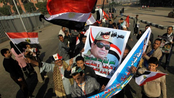 Anhänger Abdel Fattah al-Sisis demonstrieren in Kairo; Foto: AP/picture-alliance