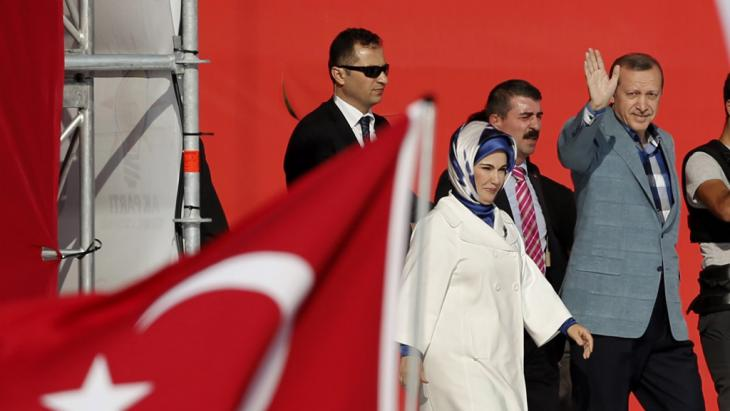 Turkish Prime Minister Recep Tayyip Erdogan (right) and his wife Emine greet supporters during a rally in Istanbul, Turkey 16 June 2013 (photo: picture-alliance/dpa)