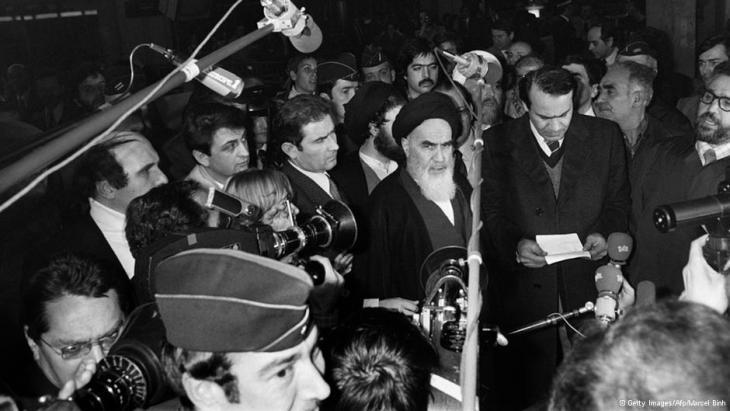 Ayatollah Khomeini bei einer Konferenz in Frankreich; Foto: © Getty Images/Afp/Gabriel Duval