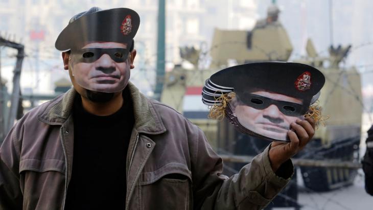 Mann verjkauft am 3. Jahrestag der Revolution in Kairo Masken von Abdel Fattah al-Sisi in Kairo; Foto. AP/picture-alliance