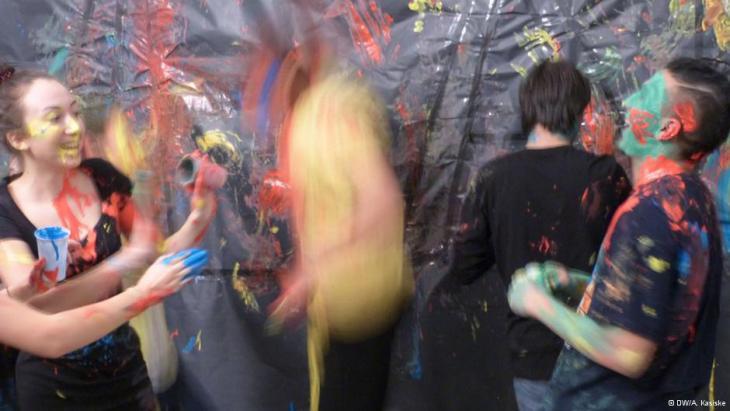 """Jugendliche während einer """"unart""""-Performance auf der Bühne; Foto: DW/A. Kasiske"""
