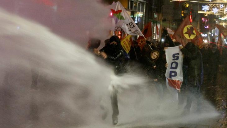 Tausende demonstrieren in Istanbul gegen Internet-Gesetze; Foto: Reuters/Osman Orsa