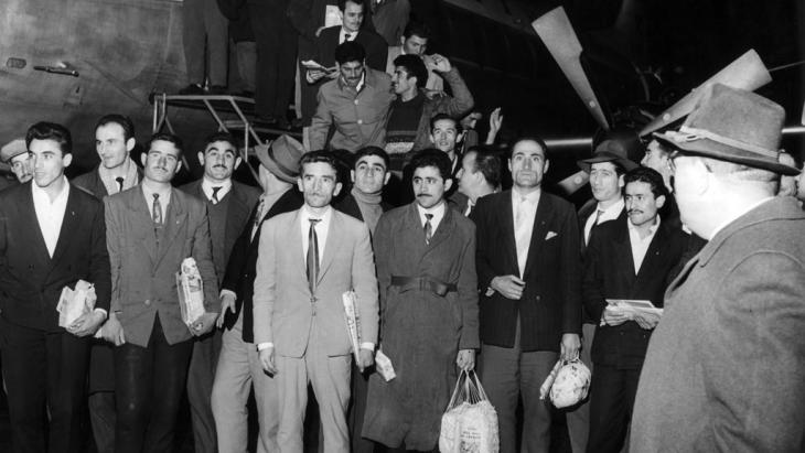 Turkish guest workers arrive at Düsseldorf Airport on 27 November 1961 (photo: dpa/picture-alliance)