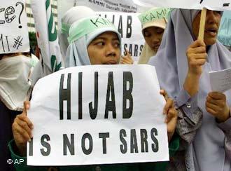 Indonesische Muslime demonstrieren 2004 gegen das französische Verschleierungsverbot an öffentlichen Schulen; Foto: AP