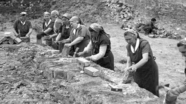 Deutsche Frauen mit Kopftüchern in Berlin nach Ende des Zweiten Weltkriegs bei Aufbauarbeiten; Foto: picture-alliance/dpa