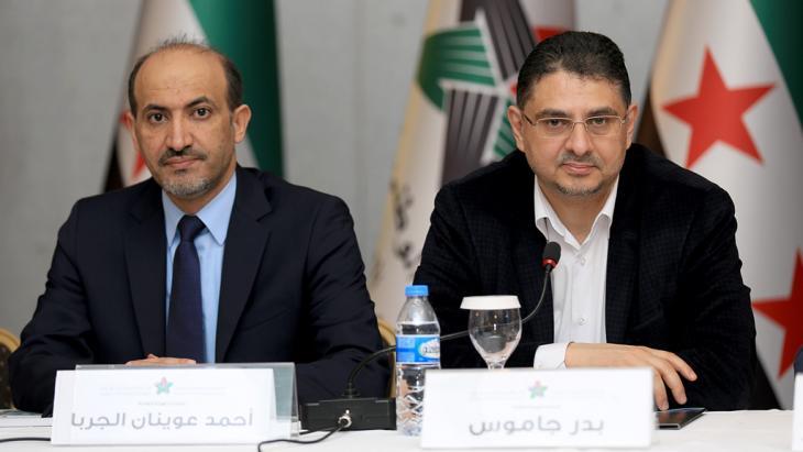 """Verterter der """"Nationalen Syrischen Allianz"""": Ahmed al-Dscharba (l), den Vorsitzenden der Allianz, und den Oppositionellen Badr Dschamu; Foto: dpa/picture-alliance"""