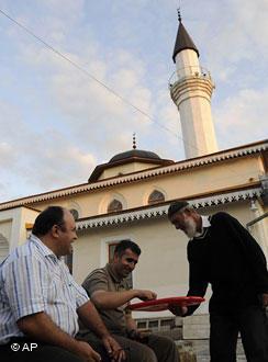 Krimtataren vor einer Moschee im Simferopoll; Foto: AP