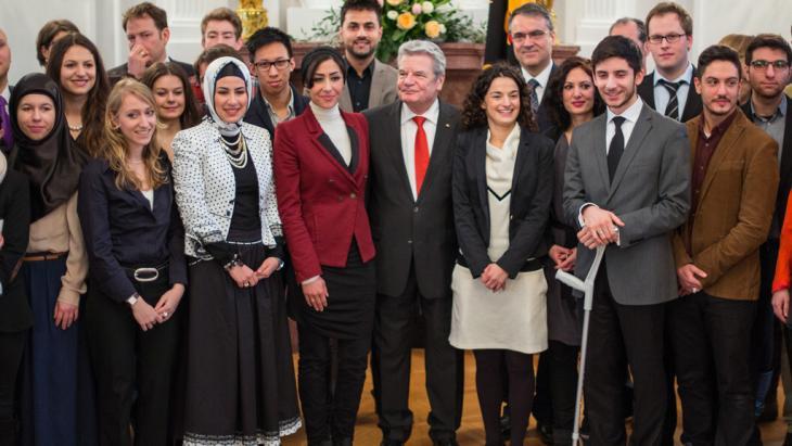 Bundespräsident Joachim Gauck mit den Teilnehmern der Jungen Islam Konferenz; Foto: picture-alliance/dpa