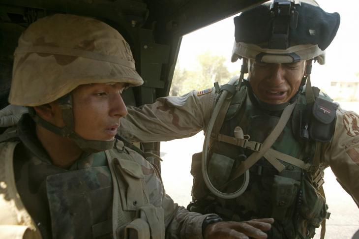 Zwei US-Soldaten betrauern den Tod eines Mitglieds aus ihrer Einheit nach einem Bombenanschlag an einer Straße in Sadr City, Bagdad; Foto: Michael Kamber