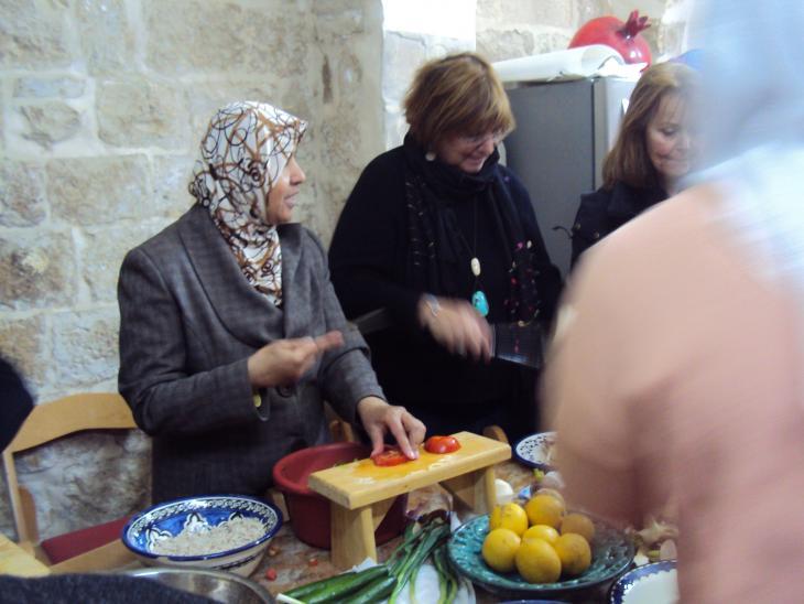 """Frauen der Initiative """"Bait Al-Kamara"""" beim Kochen; Foto: Ulrike Schleicher"""