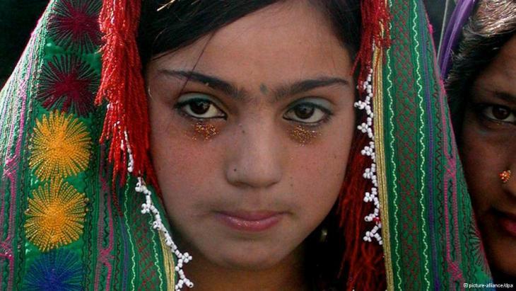 Ein 12-jähriges Mädchen im Hochzeitskleid; Foto: