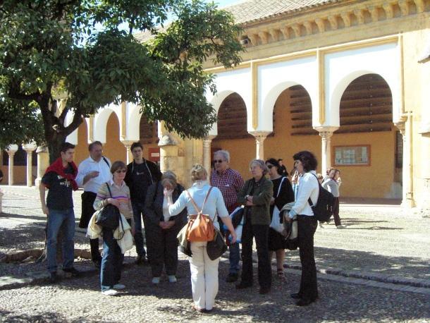 Reisegruppe vor der Mezquita in Córdoba; Foto: © dpa