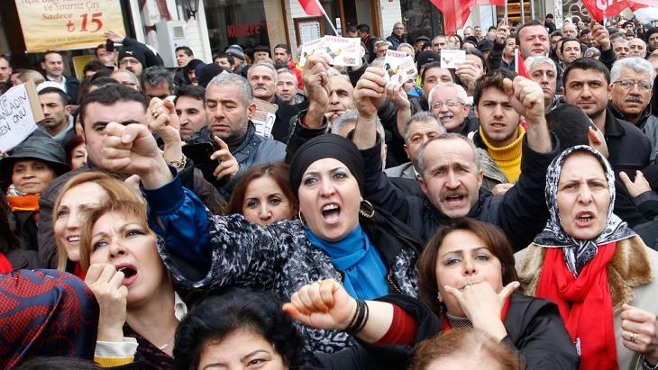 Oppositionelle demonstrieren gegen die Erdogan-Regierung in Istanbul; Foto: Reuters