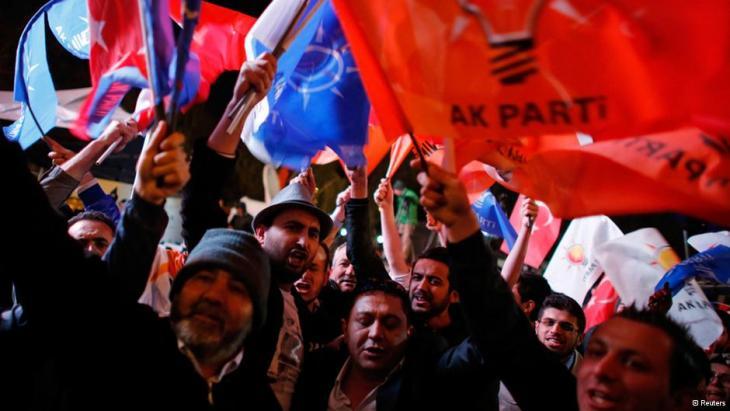 Anhänger der AKP jubeln nach dem Wahlsieg ihrer Partei bei en Kommunalwahlen 2014; Foto: Reuters