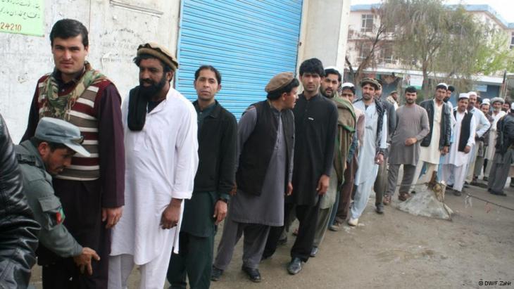 Lange Schlange vor einem Wahllokal in Kabul; Foto: Emran Feroz