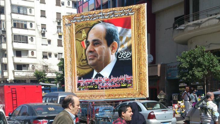 A huge framed photo of General Abdul Fattah al-Sisi in Cairo (photo: DW)