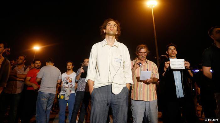 Stiller Protest des türkischen Künstlers Erdem Gündüz (m.) in Istanbul; Foto: Reuters