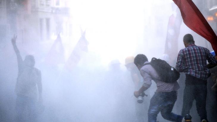 Gezi-Park-Proteste in der Türkei am 6. Juli 2013: Zusammenstoß von Erdogan-Gegner mit der Polizei in der Istiklal Avenue in Istanbul; Foto: BULENT KILIC/AFP/Getty Images