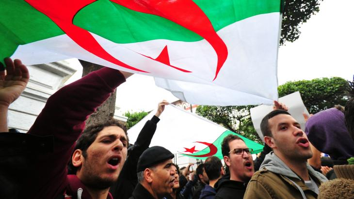 """Supporters of the """"Barakat!"""" movement in Algiers voicing their outrage at Bouteflika's decision to run for a fourth term (photo: picture-alliance/dpa)"""